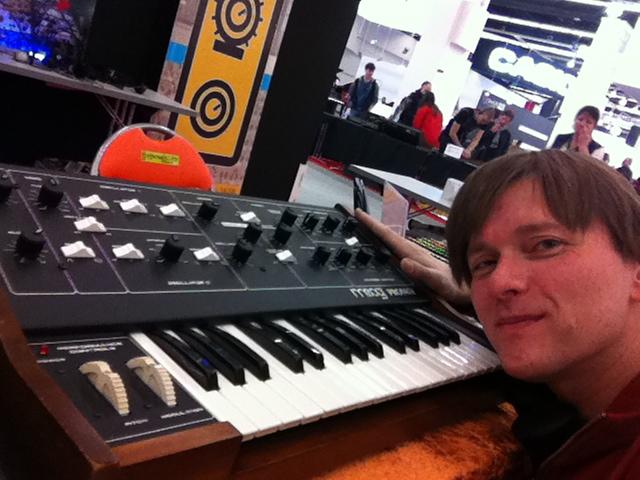 24_synthesizermag02